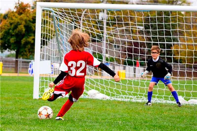 Учимся играть в футбол с ноля